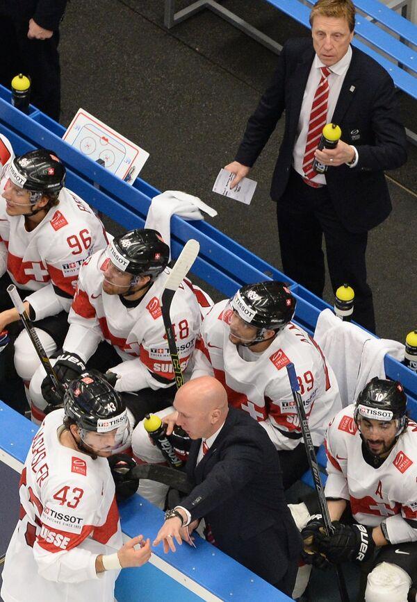 Главный тренер сборной Швейцарии по хоккею Глен Хэнлон (вверху)
