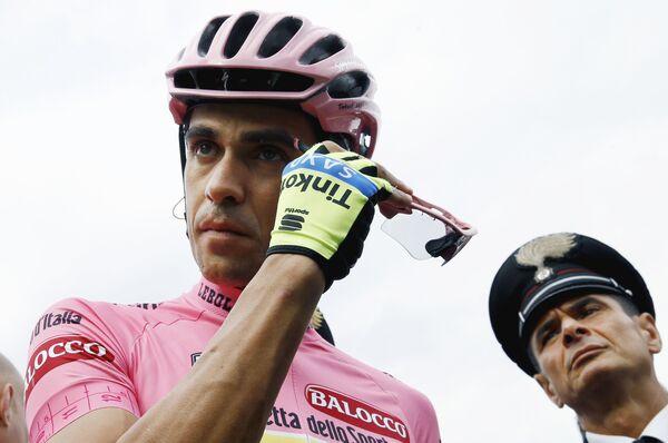 Велогонщик Tinkoff-Saxo Альберто Контадор перед стартом 7-го этапа Джиро
