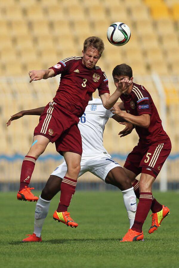 Защитники юношеской сборной России по футболу Константин Котов (слева) и Алексей Татаев (справа)