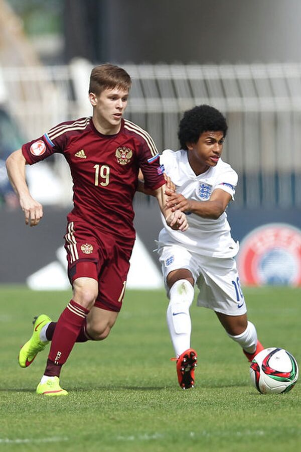 Полузащитник юношеской сборной России по футболу Александр Щербаков (слева)