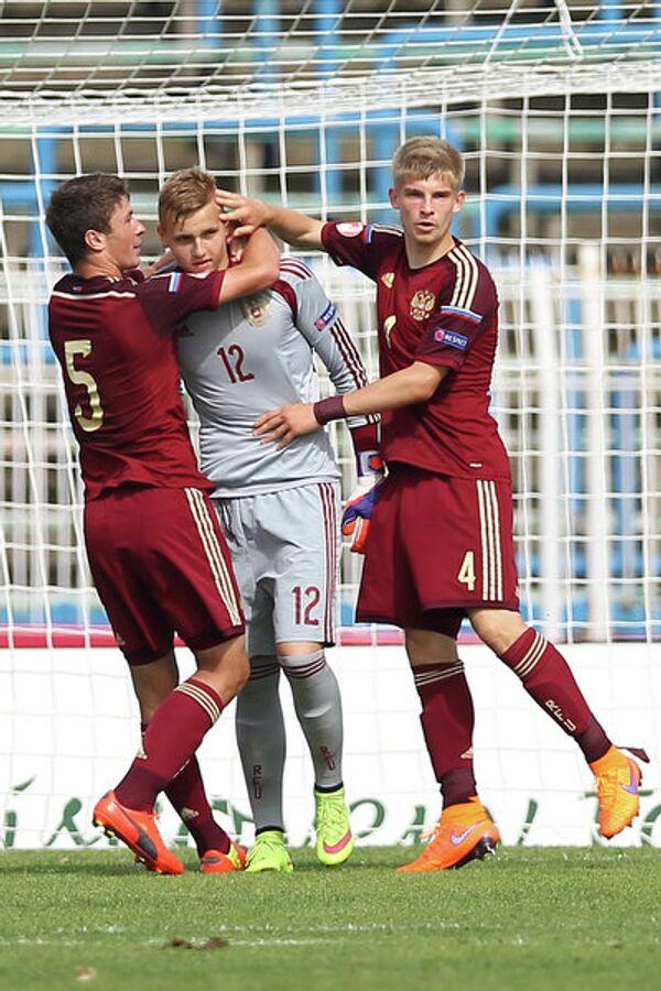 Защитники юношеской сборной России по футболу Алексей Татаев (слева) и Никита Калугин (справа), вратарь Александр Максименко (в центре)
