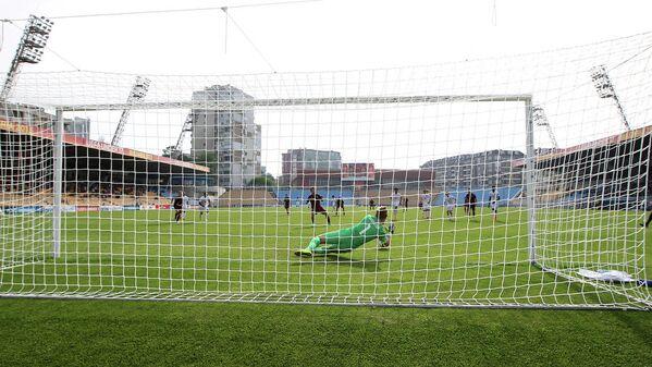 Вратарь сборной Англии Пол Вулстон отбивает пенальти (в зеленой форме)