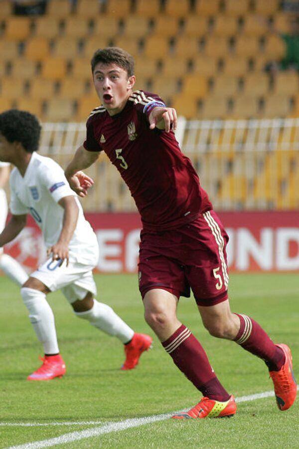 Защитник юношеской сборной России Алексей Татаев (справа)