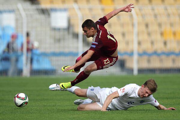 Нападающий юношеской сборной России по футболу Егор Денисов и защитник юношеской сборной Англии Рис Оксфорд (слева направо)