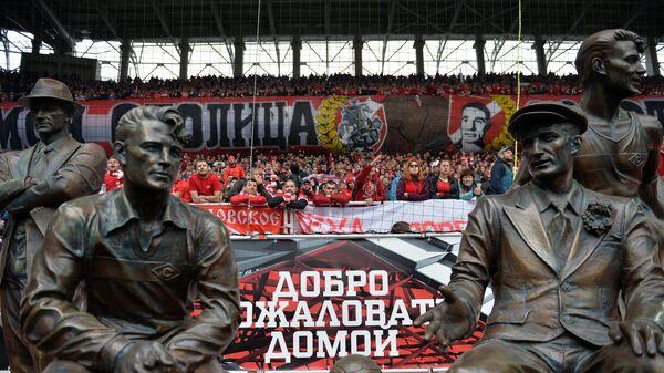 Памятник, установленный в честь игроков ФК Спартак братьев Старостиных, на стадионе Открытие Арена