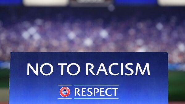 Табличка с надписью Нет расизму