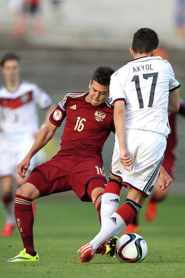 Полузащитник юношеской сборной России по футболу Дмитрий Плетнев и защитник юношеской сборной Германии Энес Акьоль (слева направо)