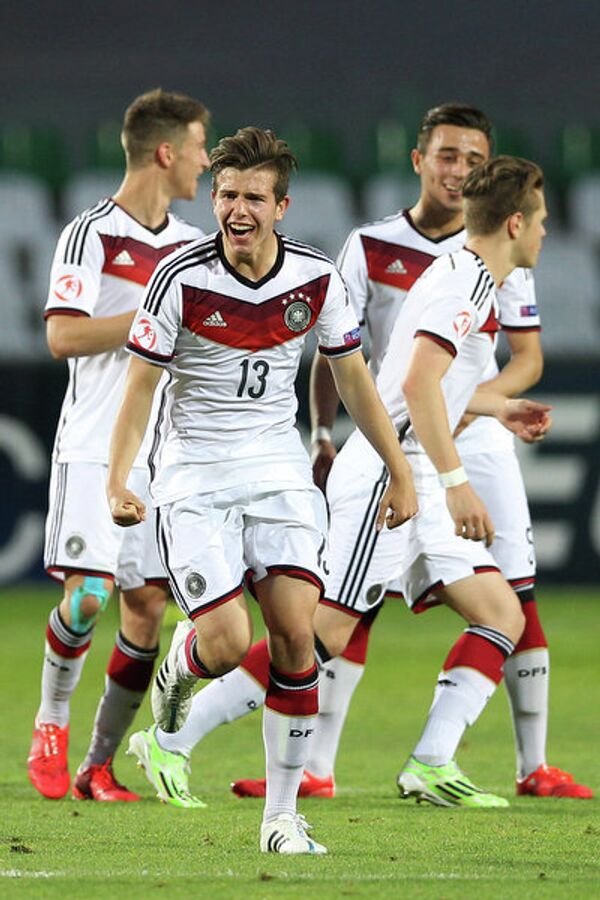Защитник юношеской сборной Германии по футболу Даниэль Несселер (на переднем плане)