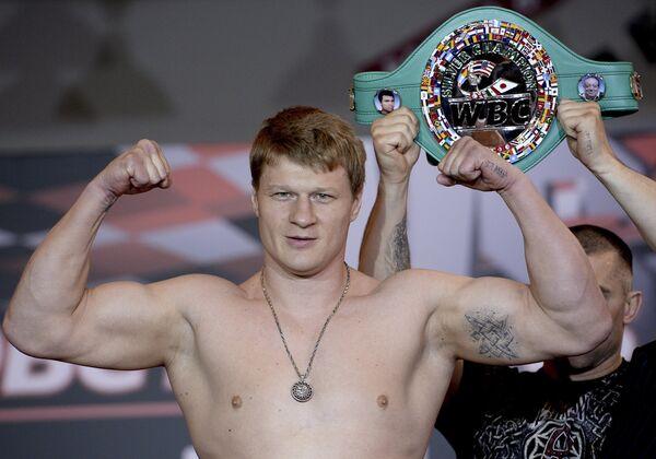 Российский боксер Александр Поветкин во время официальной процедуры взвешивания