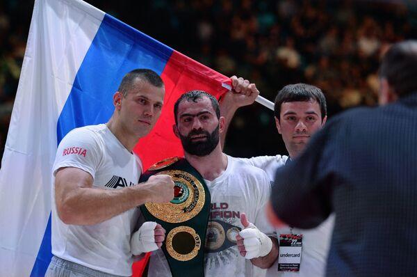 Российский боксер Рахим Чахкиев (в центре)