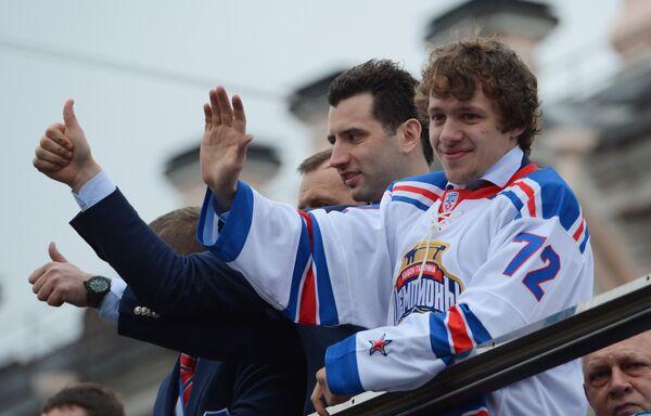 Член правления КХЛ, советник председателя Совета директоров КХЛ, вице-президент хоккейного клуба СКА Роман Ротенберг (слева) и форвард СКА Артемий Панарин