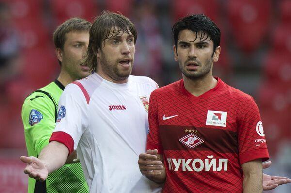 Защитник Уфы Дмитрий Верховцов (слева) и защитник Спартака Сердар Таски