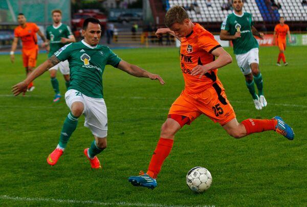 Защитник Томи Живко Миланов (слева) и полузащитник Урала Александр Ставпец