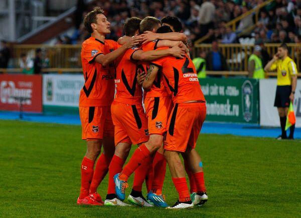 Футболисты Урала радуются забитому голу