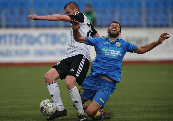 Нападающий Тосно Станислав Прокофьев (слева) и полузащитник Ростова Александр Гацкан