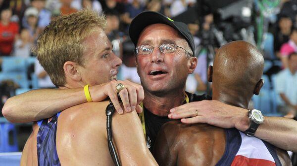 Тренер по легкой атлетике Альберто Салазар (в центре)
