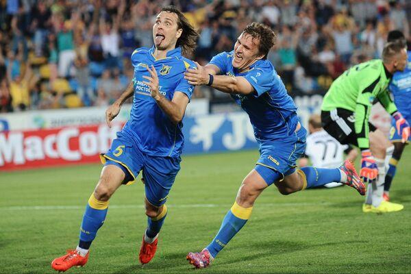 Игроки ФК Ростов Виталий Дьяков (слева) и Александр Бухаров