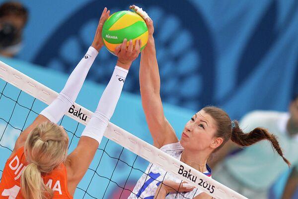 Волейболистка сборной Нидерландов Лаура Дийкема и блокирующая сборной России Ирина Заряжко (справа