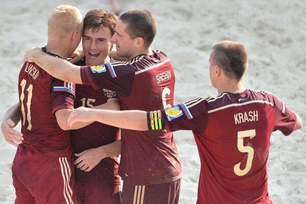 Игроки сборной России радуются победе в матче этапа Евролиги по пляжному футболу