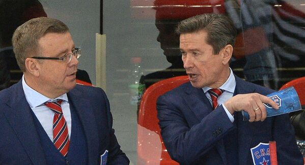 Главный тренер ХК СКА Вячеслав Быков (справа) и старший тренер Игорь Захаркин