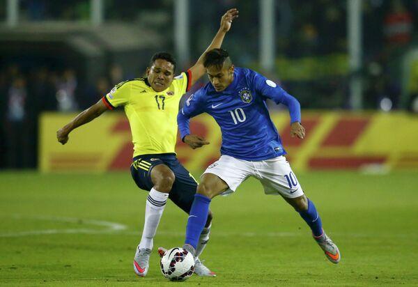 Защитник сборной Колумбии Карлос Бакка и форвард сборной Бразилии Неймар (справа)
