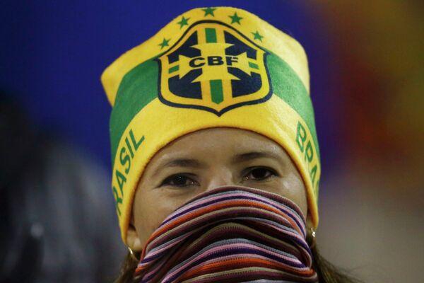 Болельщица сборной Бразилии поддерживает свою команду на Кубке Америки