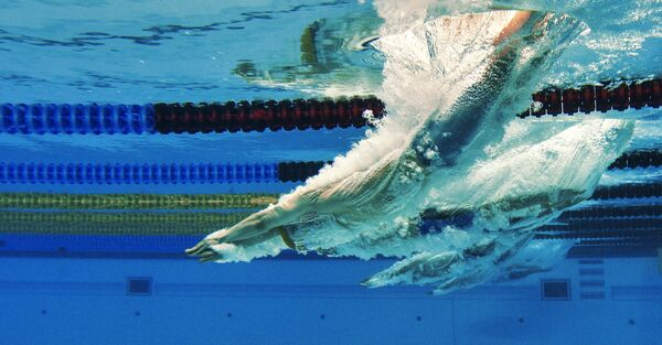Спортсмены на дистанции во время соревнований по плаванию