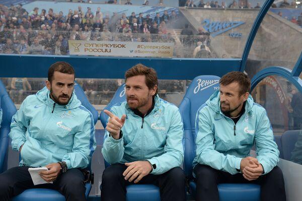 Ассистент главного тренера Зенита Даниэль Соуза, главный тренер Зенита Андре Виллаш-Боаш и тренер Сергей Семак (слева направо)