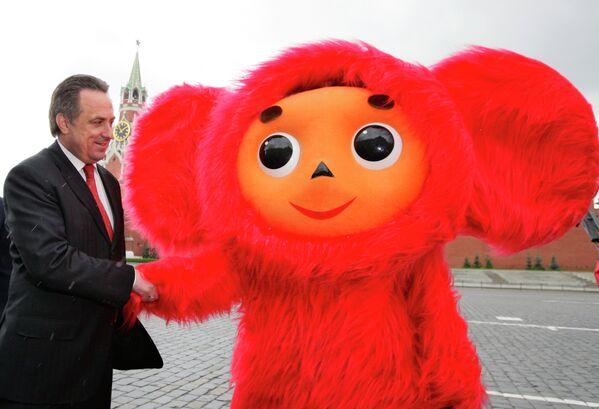 Виталий Мутко с талисманом олимпийской сборной России - Чебурашкой - на Красной площади