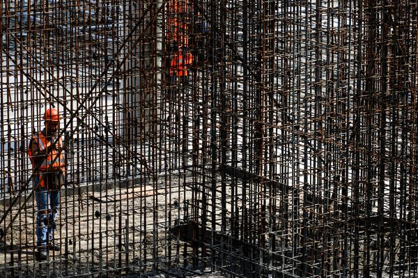 Рабочий на стадионе Ростов-Арена в Ростове-на-Дону, который строится к чемпионату мира по футболу 2018 года