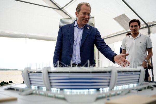 Вице губернатор Калининградской области Александр Рольбинов возле макета стадиона Арена Балтика