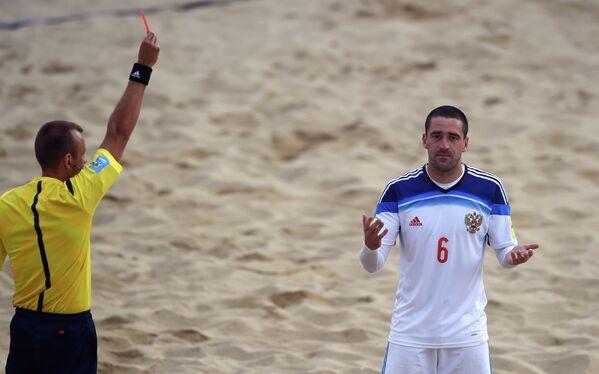 Главный арбитр матча ЧМ по пляжному футболу Россия - Португалия удаляет игрока сборной России Дмитрия Шишина