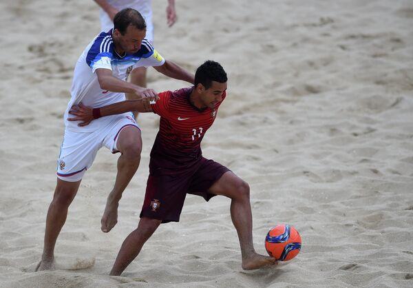 Игрок сборной России по пляжному футболу Егор Шайков и игрок сборной Португалии Бе Мартинс (справа налево)