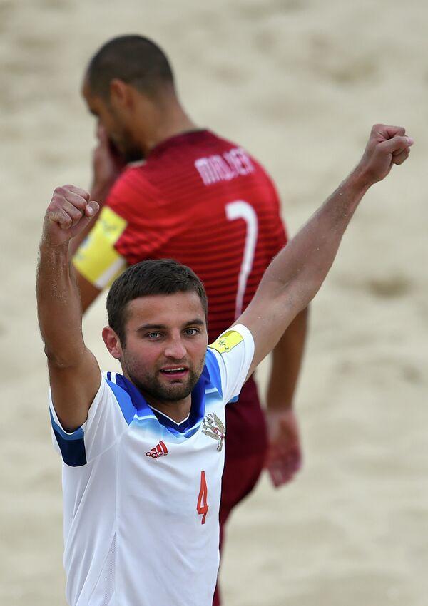 Игрок сборной России по пляжному футболу Алексей Макаров радуется забитому голу