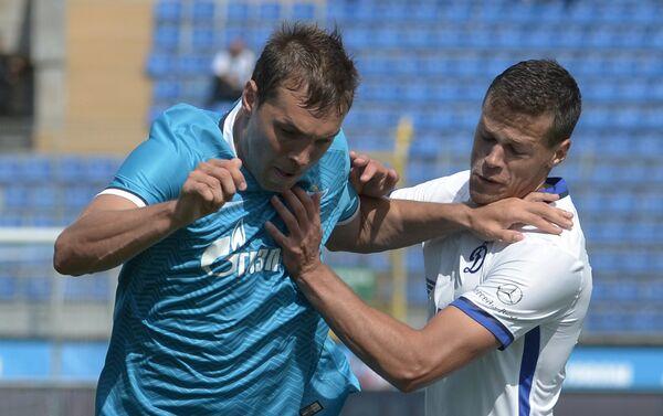 Нападающий Зенита Артём Дзюба (слева) и защитник Динамо Егор Данилкин