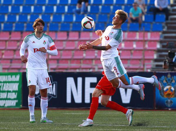 Игроки ФК Локомотив Ведран Чорлука (слева) и Максим Григорьев