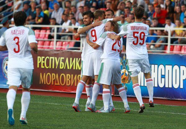 Игроки Локомотива радуются забитому голу
