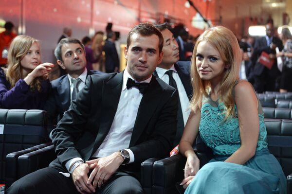 Нападающий сборной России Александр Кержаков с супругой Миланой