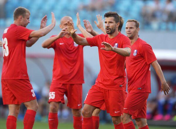 Игроки ФК Мордовия радуются забитому мячу