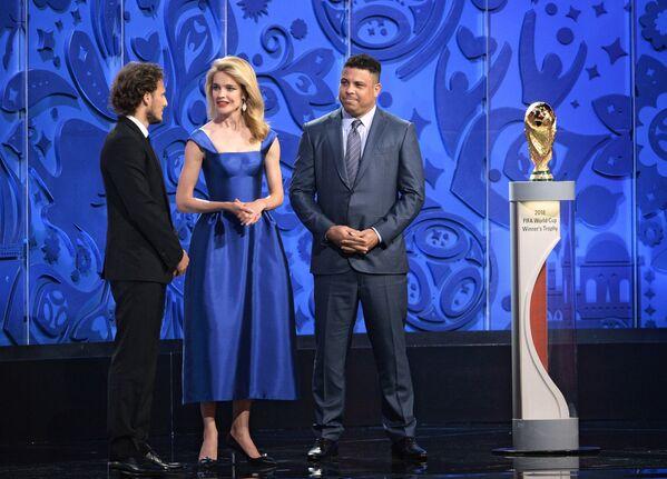 Мартин Форлан, Наталья Водянова и Роналдо (слева направо)