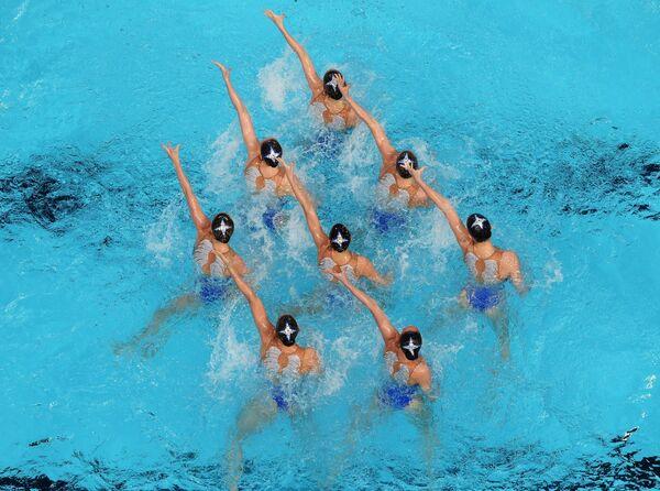 Спортсменки сборной России выступают с произвольной программой в предварительном раунде соревнований по синхронному плаванию