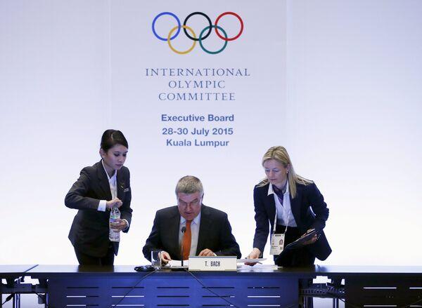 Президент международного олимпийского комитета (МОК) Томас Бах (в центре)