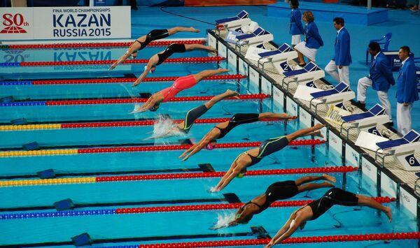 Спортсменки на старте дистанции 50 м брассом в финале среди женщин на XVI чемпионате мира по водным видам спорта в Казани