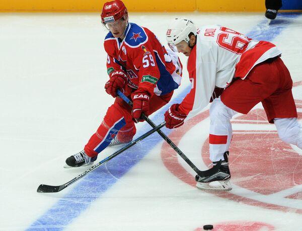 Форвард ЦСКА Симон Яльмарссон (слева) и нападающий Спартака Лукаш Радил