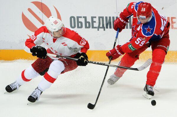 Форвард Спартака Алексей Крутов (слева) и нападающий ЦСКА Симон Яльмарссон