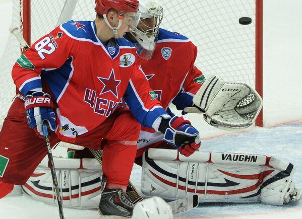 Защитник ЦСКА Кирилл Воробьёв (слева) и вратарь ЦСКА Станислав Галимов