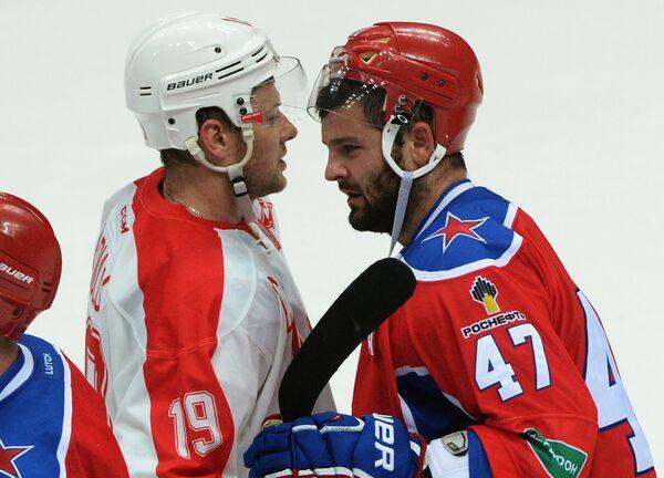 Нападающий Спартака Игорь Радулов (слева) и форвард ЦСКА Александр Радулов