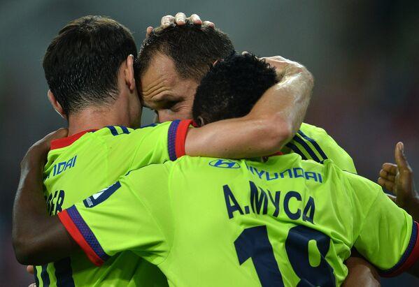 Футболисты ЦСКА Ахмед Муса и Василий Березуцкий (справа налево) радуются голу