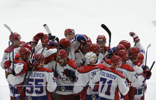 Игроки ЦСКА радуются победе в матче за Кубок Открытия регулярного чемпионата Континентальной хоккейной лиги