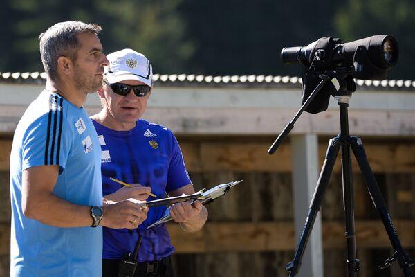 Старший тренер мужской команды Рикко Гросс (слева) и тренер мужской команды Александр Попов на тренировке мужской национальной сборной России по биатлону в Австрии